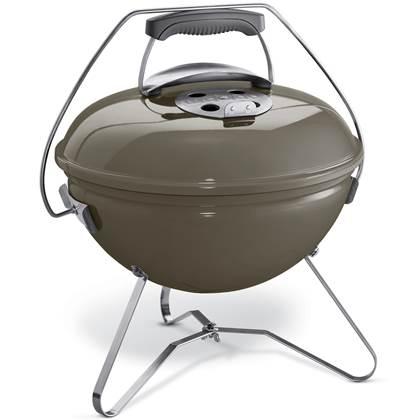 De Feestdagen | De Weber Smokey Joe Premium is een luxe briketten barbecue met een draagbeugel zodat hij eenvoudig overal mee naartoe te nemen is. De handgreep is tevens te gebruiken als dekselhouder tijdens het barbecuen.