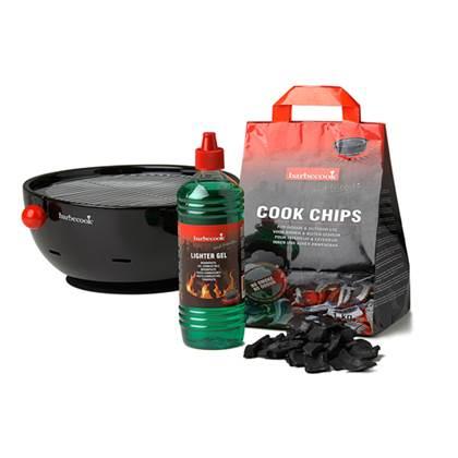 De Feestdagen | Centraal op de tafel, zodat iedereen zelf kan bbq'en. Gezellig! Je krijgt de Barbecook Amica, de speciale geur- en rookloze Cook Chips, brandpasta, siliconen onderlegger, braadrooster, grillplaat en 4 grilltangetjes in dit schitterende startpakket!