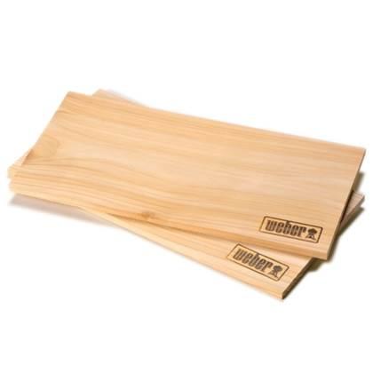 De Feestdagen | Met de Weber Rookplank van cederhout geeft u een heerlijke rooksmaak aan uw eten. Leg de natte plank op uw barbecue en laat uw zalm of poon langzaam garen voor een aromatische smaak. Voor gebruik een nacht in het water laten liggen.