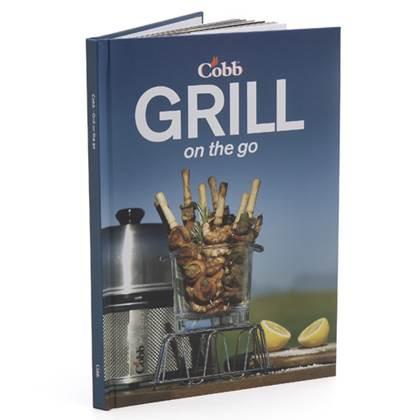 De Feestdagen | Dit Cobb Kookboek van de hand van chef David Cheer bevat gedetailleerde recepten en instructies hoe de Cobb gebruikt kan worden. In meer dan 60 smakelijke recepten worden allerlei maaltijden beschreven. Barbecueën, grillen, roken, koken en bakken.